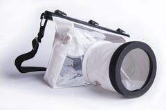 Wasserdichter Kasten für Digitalkamera auf weißem Hintergrund, Sommerzusatz des Fotografen Lizenzfreie Stockfotografie