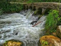 Wasserdurchgang stockbild