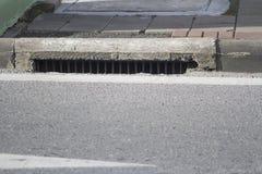 Wasserentwässerung alt auf dem Weg Stockfotografie