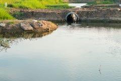Wasserentwässerung durch die Straße Lizenzfreie Stockfotos