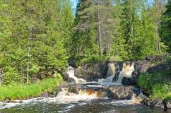 Wasserfälle auf dem Tohmajoki-Fluss Lizenzfreie Stockfotos