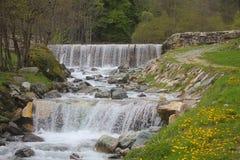 Wasserfälle in den Bergen unter den Wiesen Lizenzfreie Stockfotos