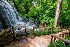 Wasserfälle in den Flüssen und im netten Wald stockbilder