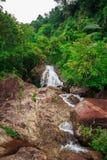 Wasserfälle in der Natur fließen große Felsen durch stockfoto