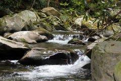 Wasserfälle entlang einem Strom Lizenzfreies Stockfoto