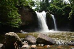 Wasserfälle im Dschungel Stockfotos