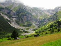 Wasserfälle im grünen Gebirgstal am Gletscher Stockfotografie