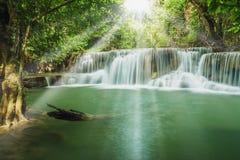 Wasserfälle mit glänzenden Sonnenstrahlen Stockbild