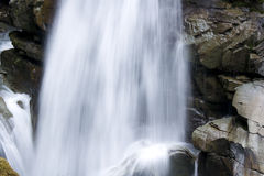 Wasserfälle mit großen Felsen Stockbilder