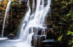 Wasserfälle nähern sich Butte mit Haube Colorado stockbilder