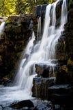 Wasserfälle nähern sich Butte mit Haube Colorado stockfoto