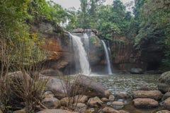 Wasserfälle, Stein, Baum in Thailand stockbild