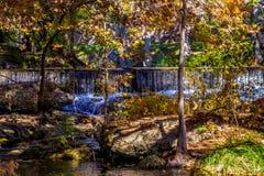 Wasserfälle und Herbstlaub, die Guadalupe River, Texas umgeben lizenzfreies stockfoto
