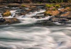 Wasserfälle und moosige Klotz und Felsen Lizenzfreie Stockfotos
