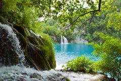 Wasserfälle und See stockbild