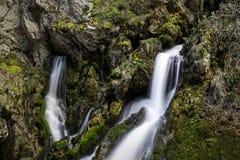 Wasserfälle vom Felsen lizenzfreie stockfotos