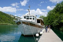 Wasserfälle von Kroatien Touristen, die Bootstransport Wasserfallstelle überlassen Touristenattraktion in Nationalpark Dalmatiens lizenzfreies stockbild