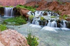 Wasserfälle, wenn Havasupai genähert wird lizenzfreie stockfotografie