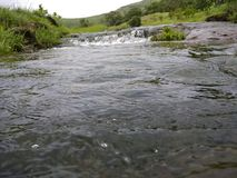 Wasserführung vom Wasserfall Stockfotos