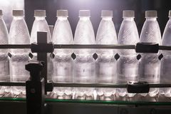 Wasserfabrik - abfüllende Linie des Wassers für die Verarbeitung und das Abfüllen des reinen Quellwassers in kleine Flaschen stockfoto