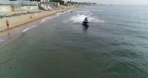 Wasserfahrrad entlang dem Strand stock footage