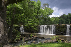 Wasserfall über der Verdammung Lizenzfreies Stockbild
