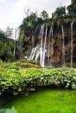 Wasserfall über kleinem See Stockfotografie
