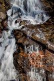Wasserfall über Kupfer gefüllten Felsen lizenzfreie stockfotografie