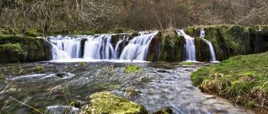 Wasserfall über moosigen Felsen Stockfotos