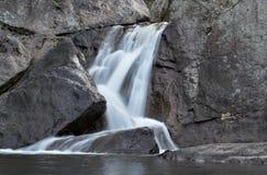 Wasserfall über Stein Lizenzfreies Stockbild