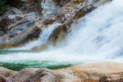 Wasserfall als touristischer Bestimmungsort für einen Familienurlaub stockbilder