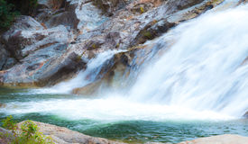 Wasserfall als touristischer Bestimmungsort für einen Familienurlaub Lizenzfreie Stockfotos