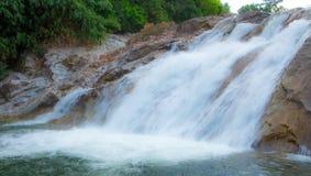Wasserfall als touristischer Bestimmungsort für einen Familienurlaub stockfotografie