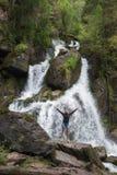 Wasserfall in Altai-Bergen lizenzfreies stockfoto