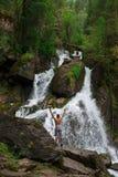 Wasserfall in Altai-Bergen lizenzfreie stockbilder