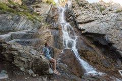 Wasserfall in Altai-Bergen lizenzfreie stockfotografie