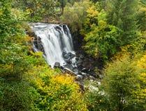 Wasserfall in Aros-Fluss auf der Insel von verrühren, Schottland stockbilder