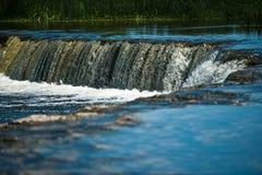 Wasserfall auf breitem Fluss Stockfoto