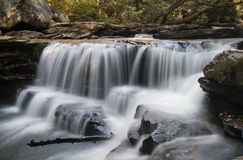 Wasserfall auf Decker-Nebenfluss nahe Masontown WV stockfoto