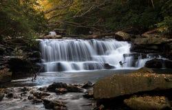 Wasserfall auf Decker-Nebenfluss nahe Masontown WV Stockbilder