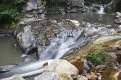 Wasserfall auf dem Bach Lizenzfreie Stockbilder