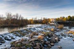 Wasserfall auf dem Ebro Stockfotos