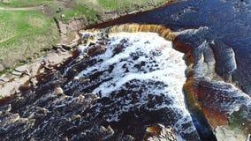 Wasserfall auf dem Fluss Tosna Sonnig Maifeiertagsantennenvideo Leningrad-Region, Russland stock footage