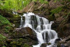 Wasserfall auf dem moumtain Fluss Lizenzfreie Stockfotos