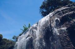 Wasserfall auf dem Schlosshügel lizenzfreies stockbild