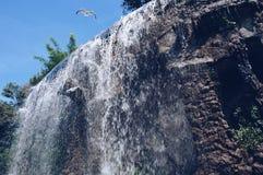 Wasserfall auf dem Schlosshügel stockfotografie