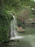 Wasserfall auf dem See Stockbild