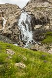 Wasserfall auf dem Weg zum See Lizenzfreies Stockbild