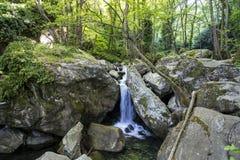 Wasserfall auf dem Weg zwischen Ioannis zu Volos, Griechenland lizenzfreies stockbild