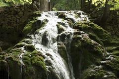 Wasserfall auf den Felsen lizenzfreies stockfoto